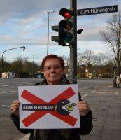 """Mit der von ihr gegründeten Bürgerinitiative """"Keine Elbtrasse!"""" setzt sich Ute Heucke gegen die geplante Fernwärmetrasse ein, die am Flottbeker Markt vorbei führt. Foto: jve"""